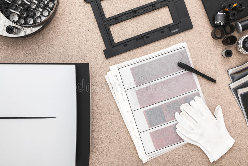 Photographer& x27; s bureau, oude camera's, traditionele fotografie contacten negatieven stock fotografie