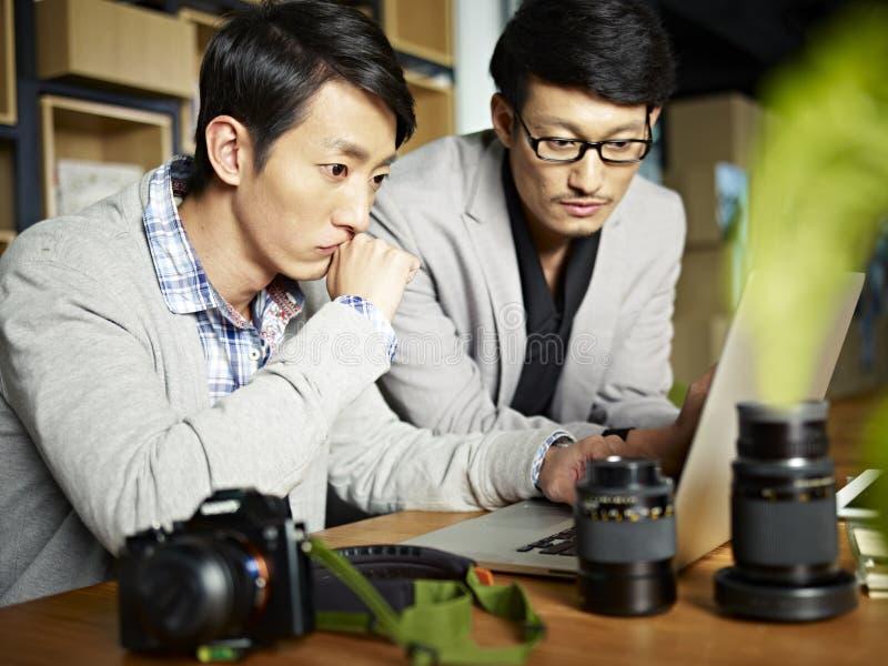 Photographes asiatiques au travail photographie stock