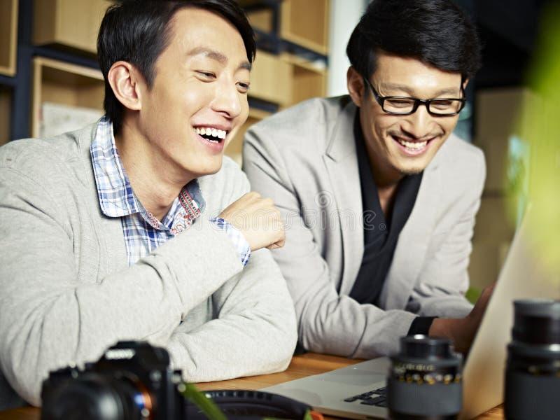 Photographes asiatiques au travail photos stock