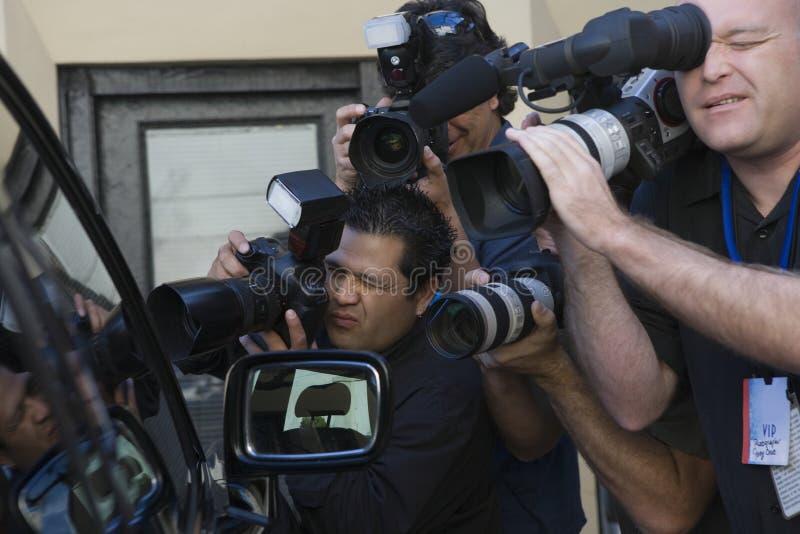 Photographes de paparazzi à la fenêtre de voiture photos stock