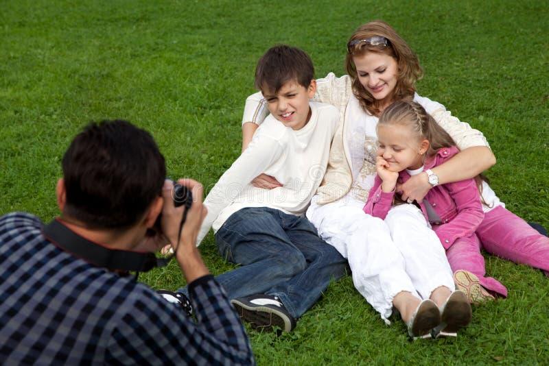 Photographes do homem sua família ao ar livre imagens de stock royalty free