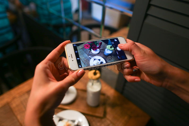 Photographiant au morceau de téléphone de tarte et de fourchette de plat, téléphone photographie stock libre de droits