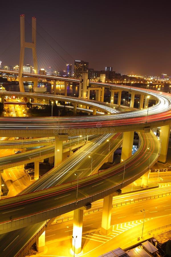 Photographie aérienne au pont en passage supérieur de viaduc de Changhaï de la nuit images libres de droits