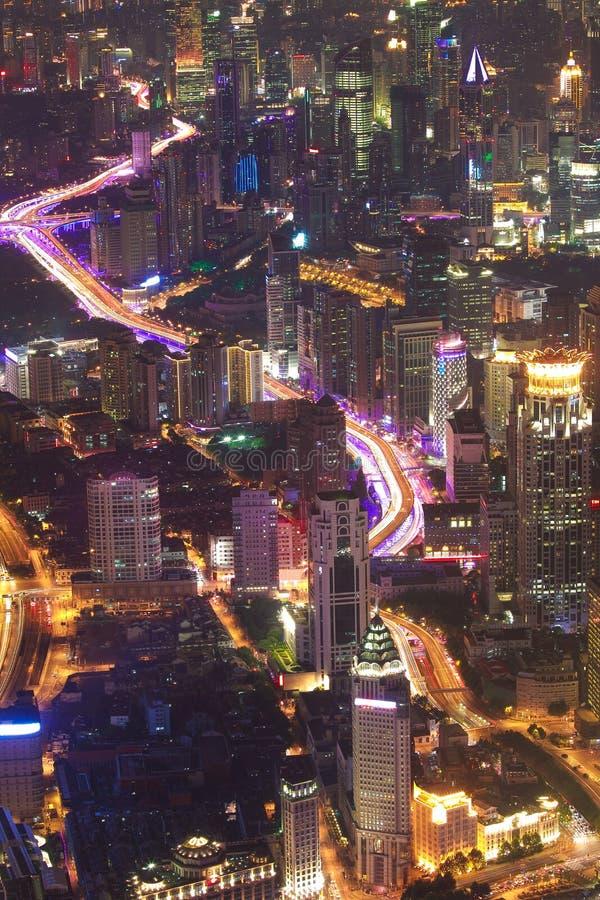 Photographie aérienne aux bâtiments de point de repère de ville de Changhaï de la nuit photos libres de droits