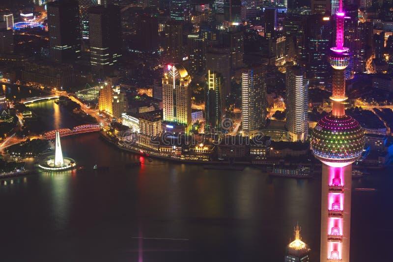 Photographie aérienne aux bâtiments de point de repère de ville de Changhaï de la nuit photos stock