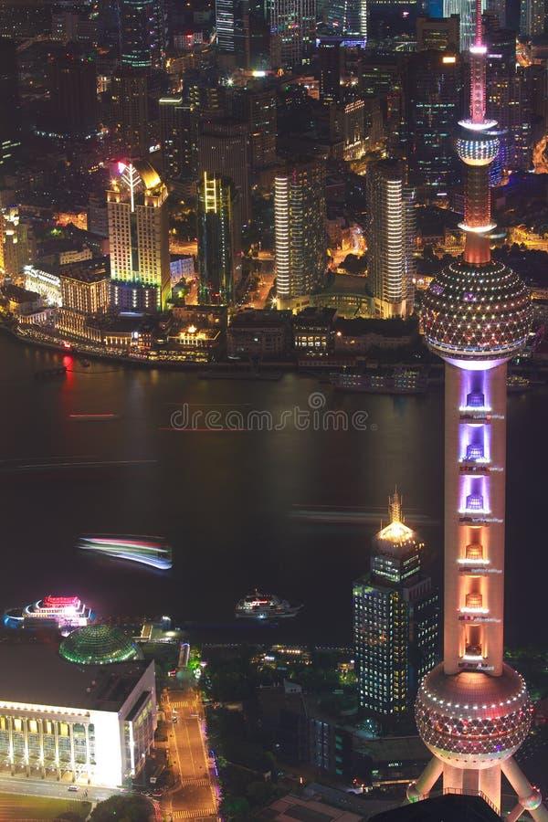 Photographie aérienne aux bâtiments de point de repère de ville de Changhaï de la nuit images libres de droits