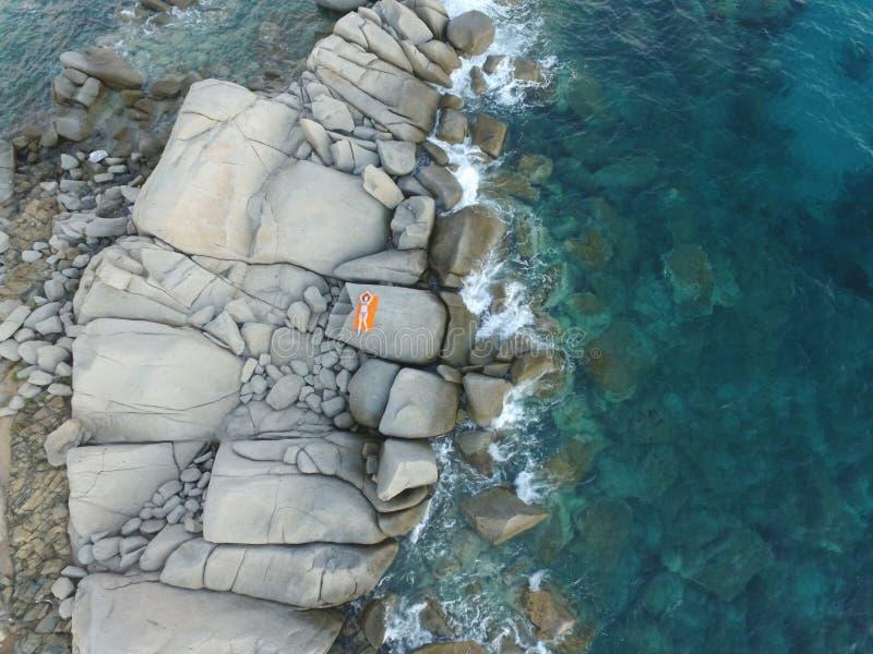 Photographie aérienne de la côte de la Sardaigne pendant un coucher du soleil d'été Petites vagues sur les roches prises avec un  photo stock