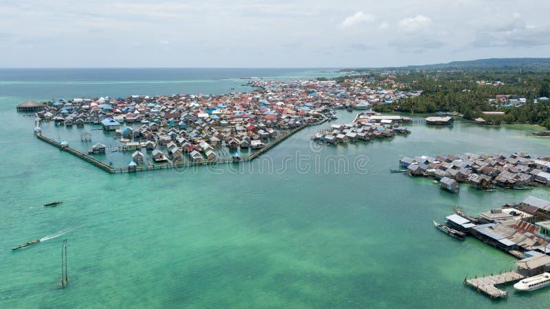 Photographie aérienne des villages de Bajo, en île de Kaledupa, Wakatobi photographie stock libre de droits