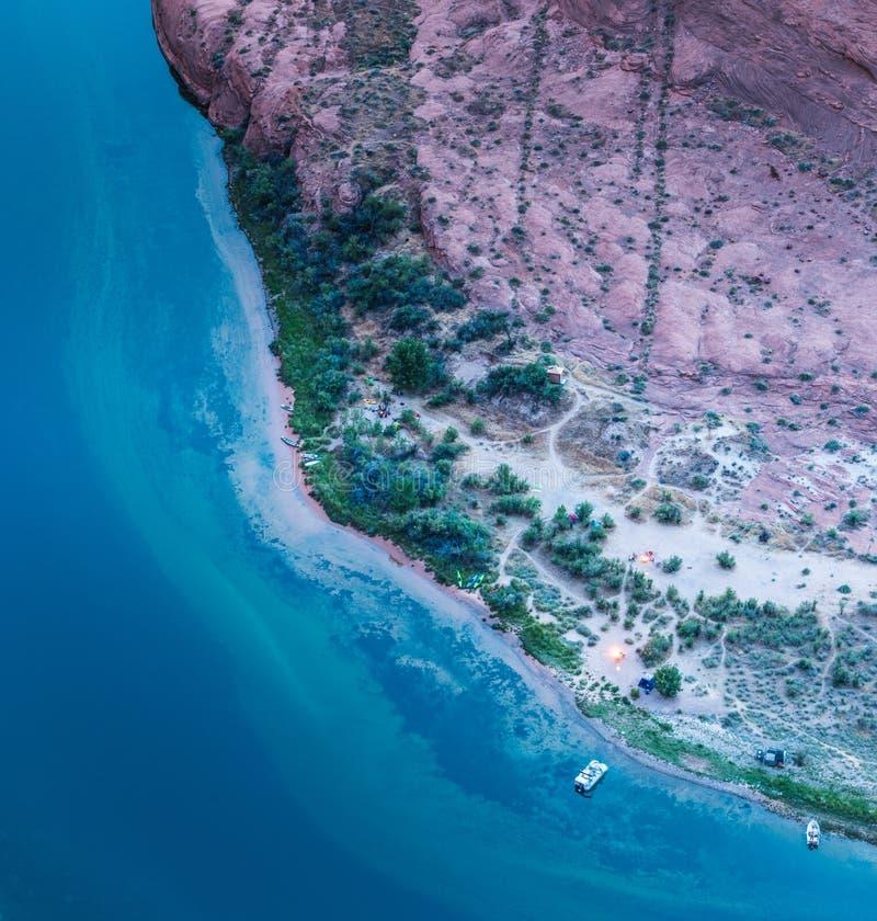 Photographie aérienne et radeaux et feux de camp le long du fleuve Colorado photographie stock libre de droits