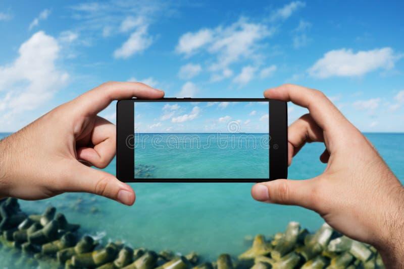 Photographie avec Smartphone à la plage tropicale d'île Vacances et vacances d'?t? photos libres de droits