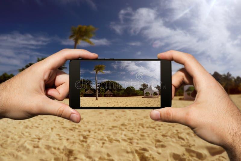 Photographie avec Smartphone à la plage tropicale d'île Vacances et vacances d'?t? images libres de droits