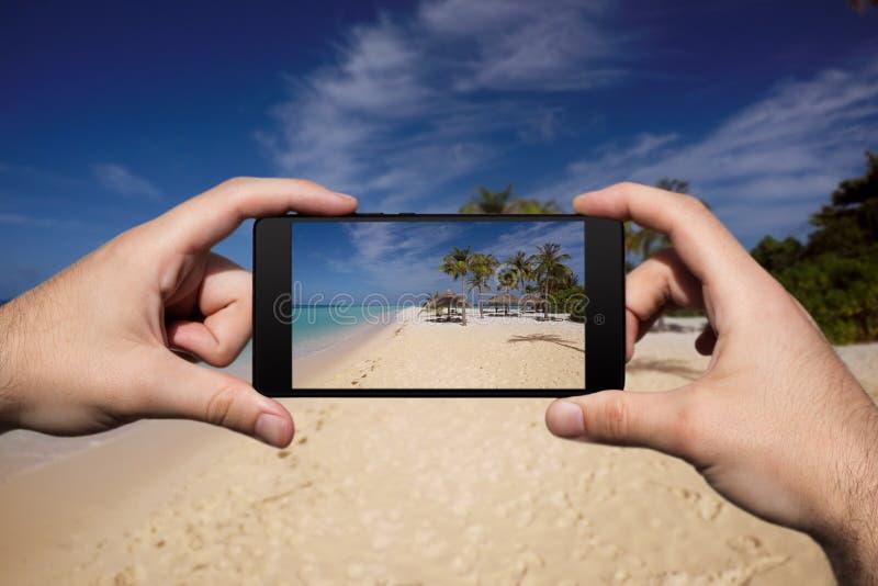 Photographie avec Smartphone à la plage tropicale d'île Vacances et vacances d'?t? images stock