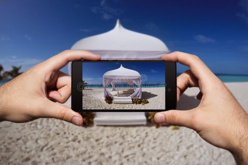 Photographie avec Smartphone à la plage tropicale d'île Vacances et vacances d'?t? photo libre de droits
