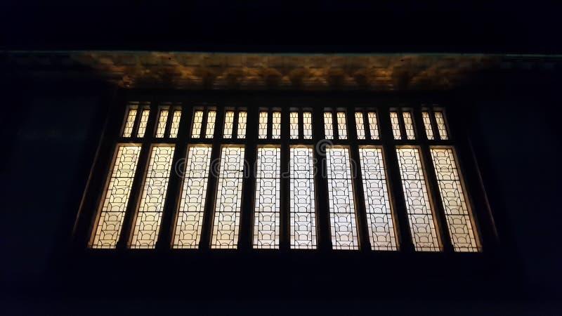 Photographie conceptuelle de nuit de quelques lumières de gare ferroviaire de Lausanne en Suisse photographie stock