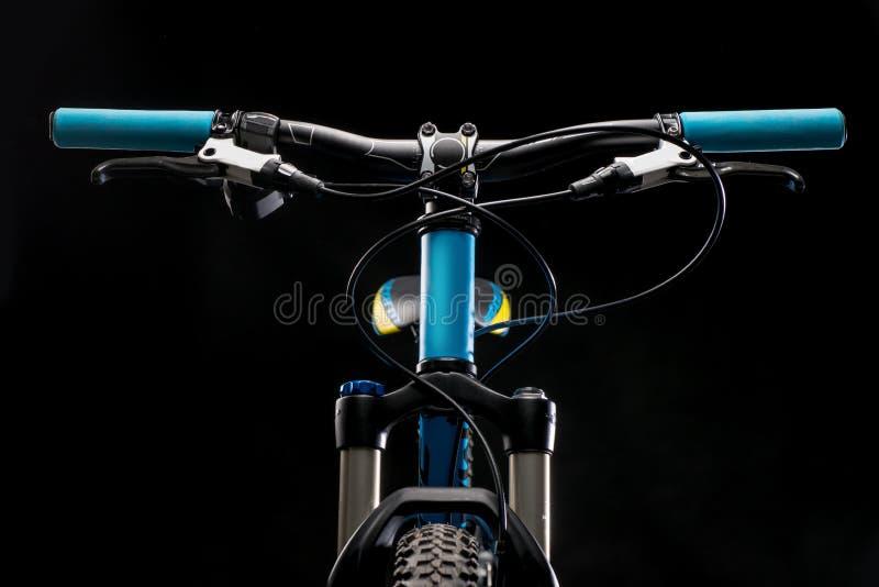 Photographie de bicyclette de montagne dans le studio, amortissant les pièces de cadre de vélo, la barre de poignée et les freins images libres de droits