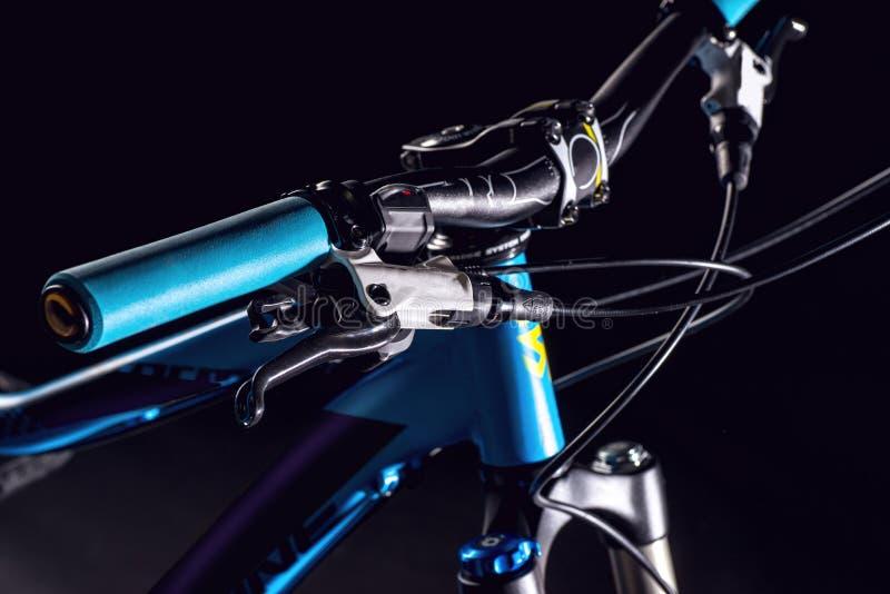 Photographie de bicyclette de montagne dans le studio, les pièces de cadre de vélo, la barre de poignée et les freins images libres de droits