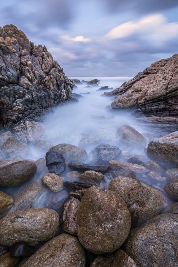 Photographie de coucher du soleil des vagues brumeuses images stock