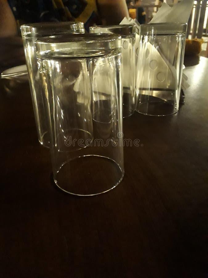 Photographie de faible luminosité de verre d'eau image libre de droits
