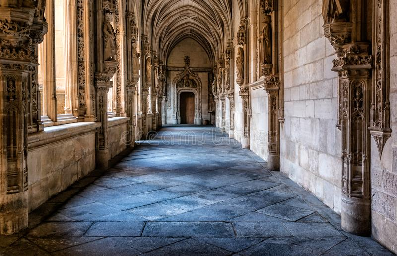 Photographie de l'intérieur du couloir de cloître de la cathédrale de Toledo image stock