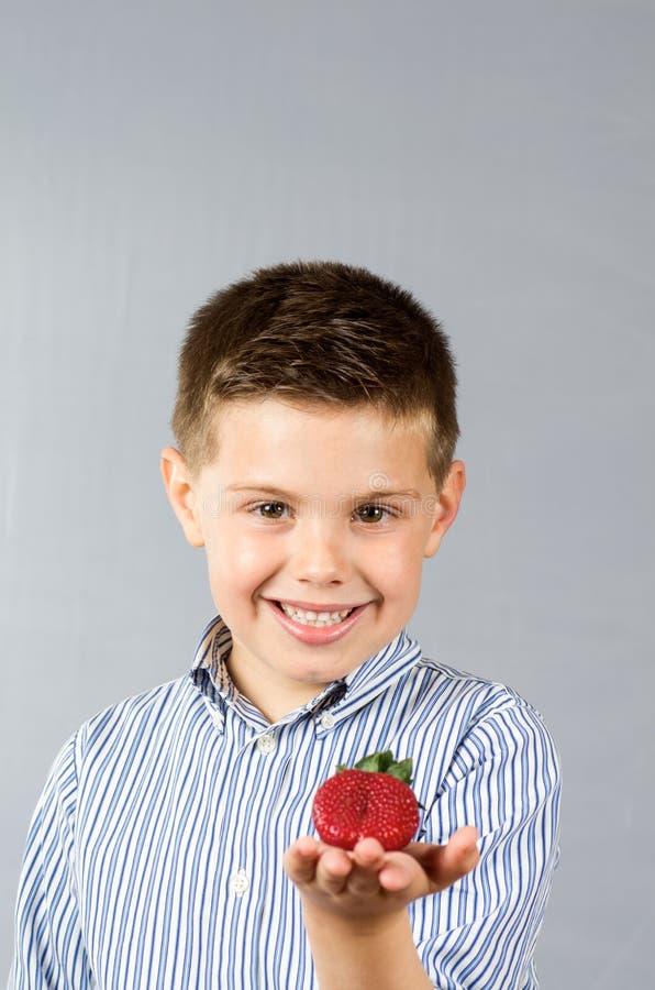 Enfant mangeant les fraises 3 photo libre de droits