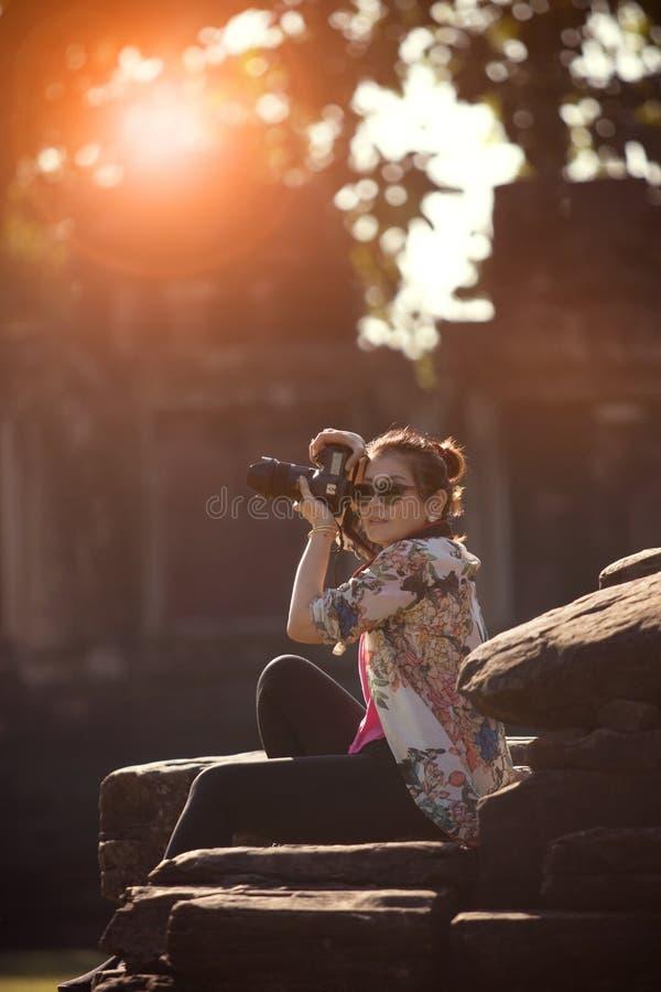 Photographie de prise de touristes de femme par l'appareil-photo de dslr dans le DEST de déplacement photo stock