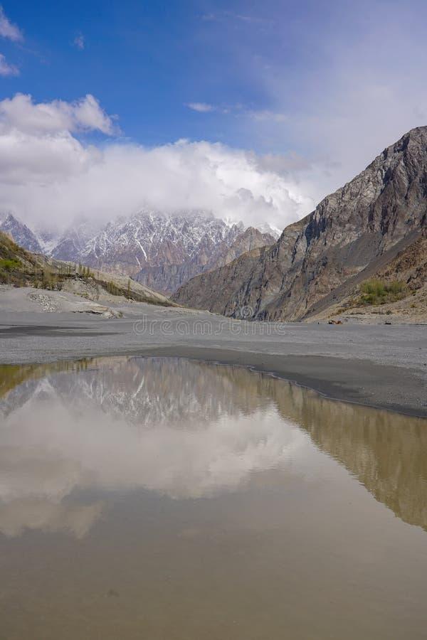 Photographie de réflexion de l'eau des gammes de montagne de Karakoram images libres de droits