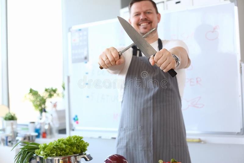 Photographie de Whetting Metal Knife de chef de Blogger photographie stock