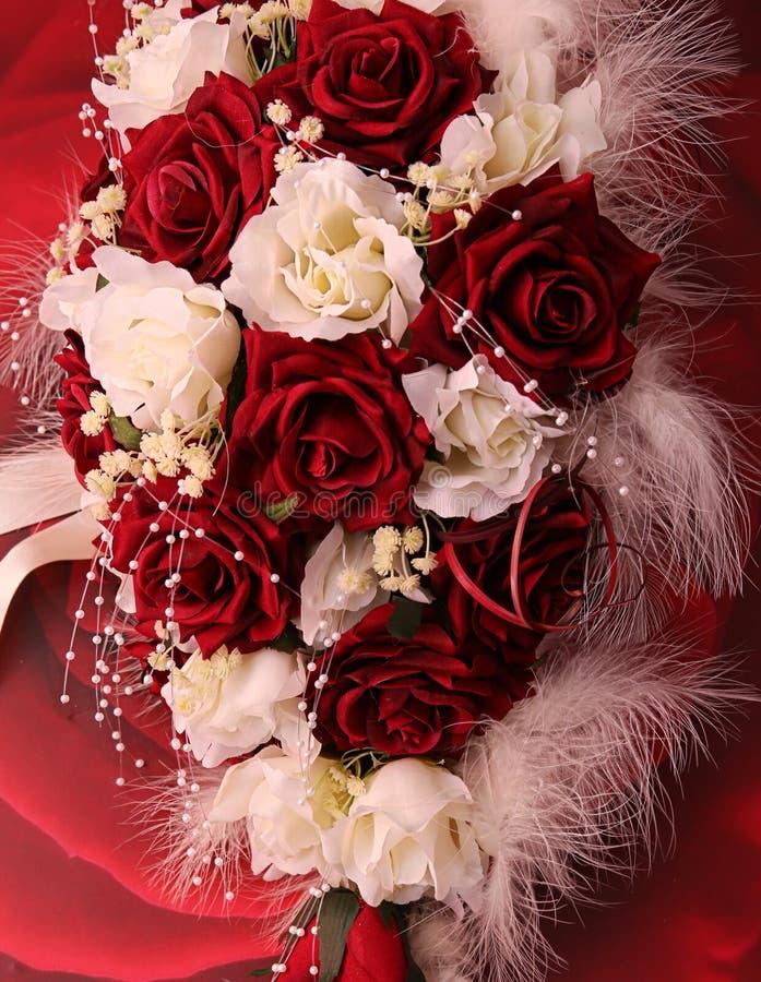 Photographie des jeunes mariées épousant le bouquet photographie stock libre de droits