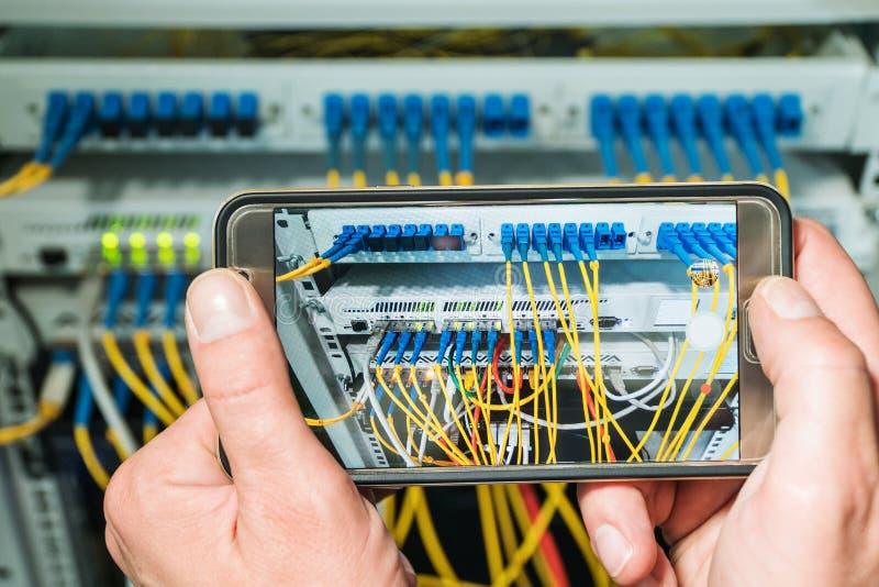 Photographie du routeur au téléphone photos stock