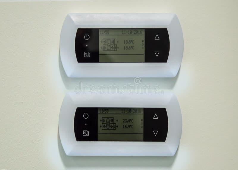 Photographie en gros plan des deux panneaux de commande blancs des unités d'intérieur de ventilation photos stock