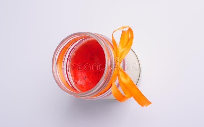 Photographie haute étroite d'un cotta de fantaisie de panna avec des fraises photographie stock