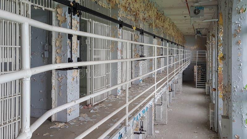 Photographie l'explorant urbaine abandonnée de prison photo stock