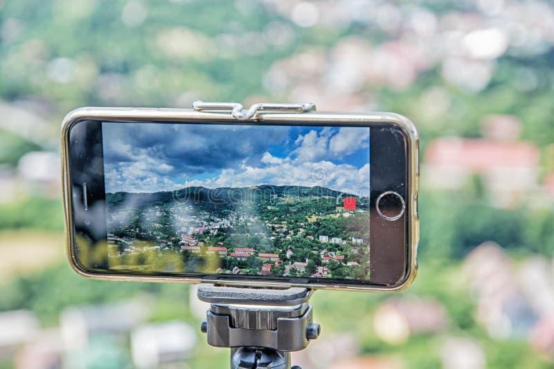 Photographie mobile de téléphone intelligent de vieille ville Banska Stiavni d'exploitation image stock