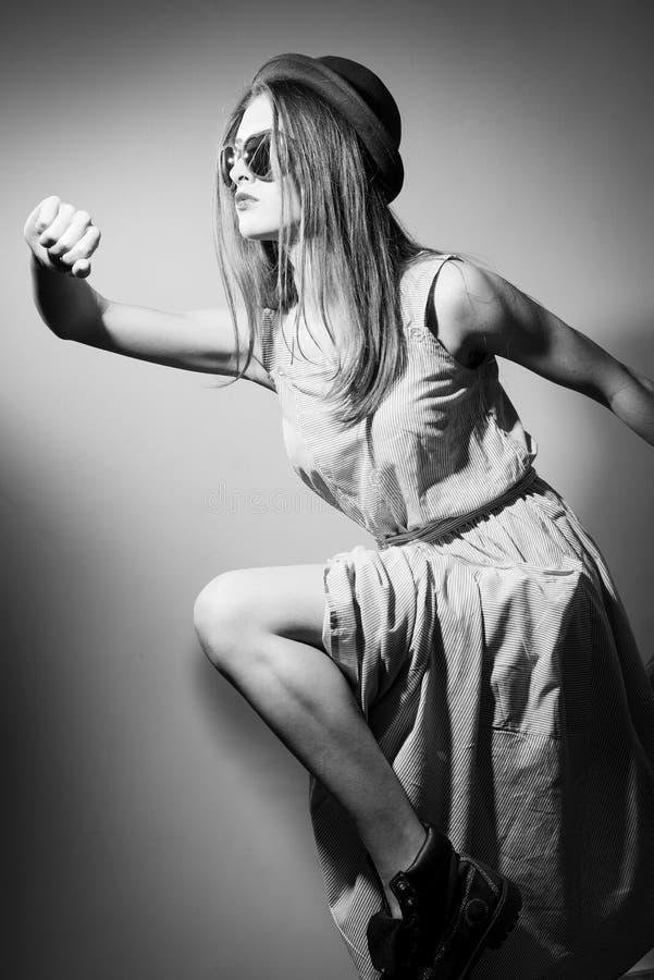 Photographie noire et blanche de courir la jolie fille photos libres de droits