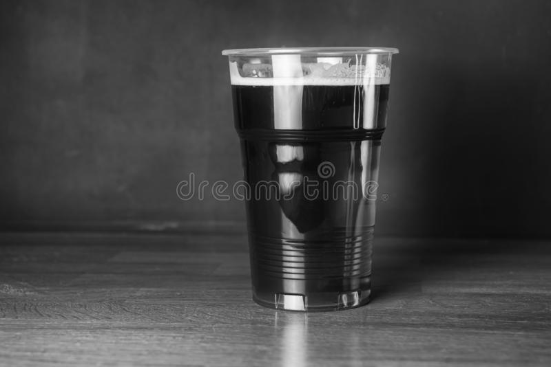 Photographie noire et blanche de vintage Un verre de bière bon marché de métier dans le bar ou la barre image stock