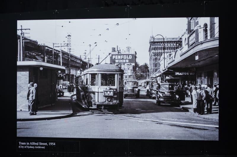 Photographie noire et blanche pour le tram dans la rue d'Alfred ancienne, vers 1954 photos libres de droits
