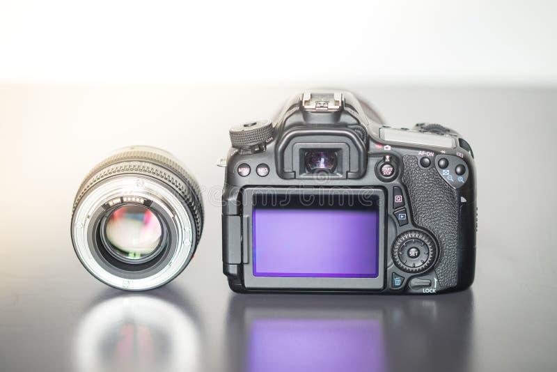 Photographie professionnelle : Vue arrière d'une caméra réflexe professionnelle et d'une lentille de photo images libres de droits