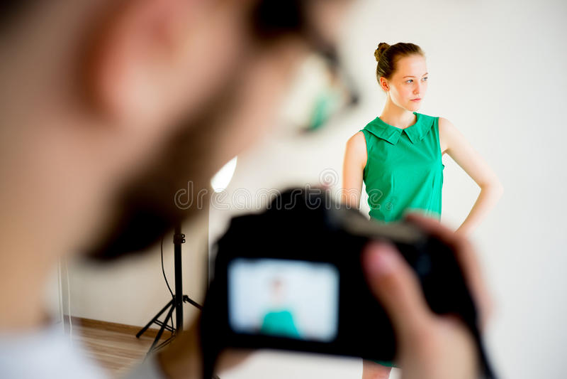 Photogtapher som arbetar i studio royaltyfri bild