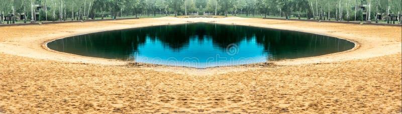 Photomontage turkusowy jezioro jako okrąg z plażą żółty piasek przy końcówką lato obraz royalty free