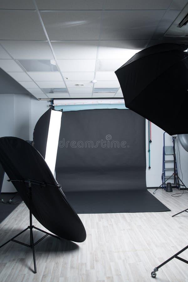 Photophone noir dans un studio moderne vide de photo photo libre de droits