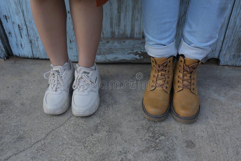 Photos créatives des jeunes couples de style au sujet de la vie et de l'amour photographie stock libre de droits