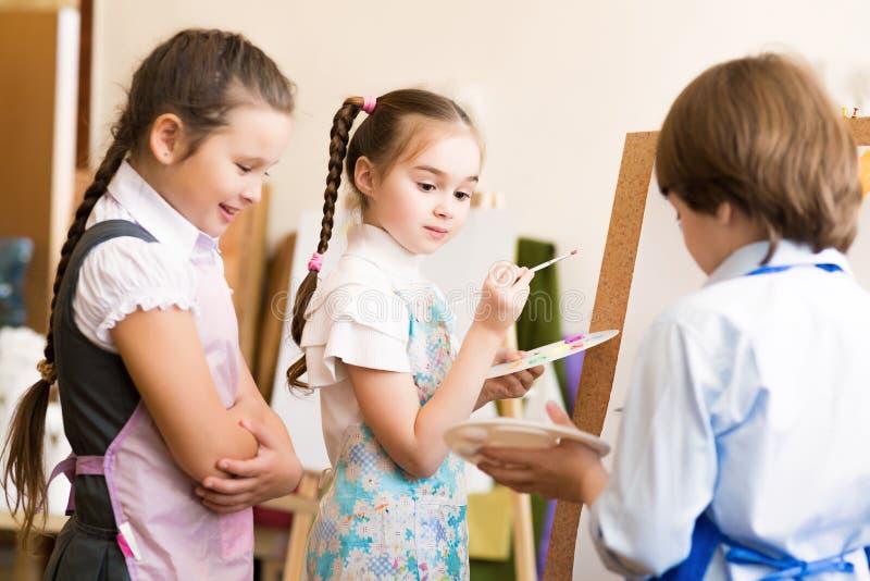 Photos d'aspiration d'enfants des chevalets images libres de droits