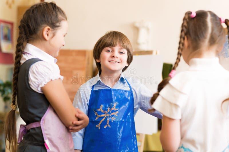 Photos d'aspiration d'enfants des chevalets photos stock