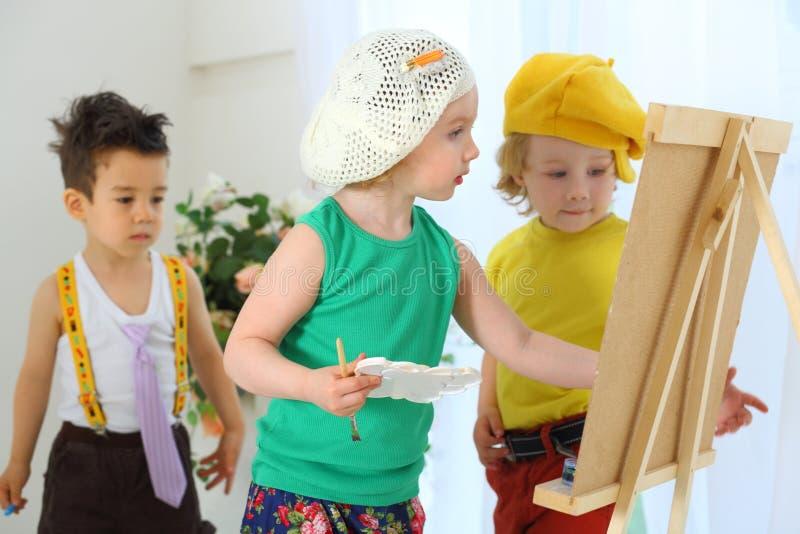 Photos d'aspiration d'enfants sur un chevalet images stock