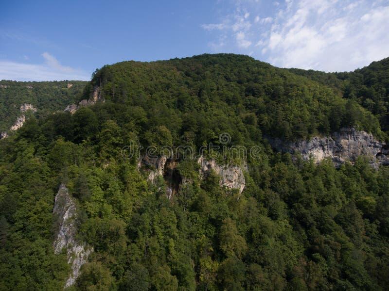 Photos de bourdon Belle cascade de montagne Gorge de la Guam, moines fa photos stock