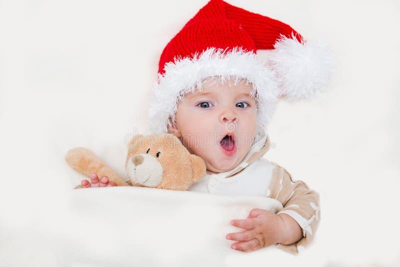 Photos de jeune bébé de sourire dans un chapeau de Santa Claus image libre de droits