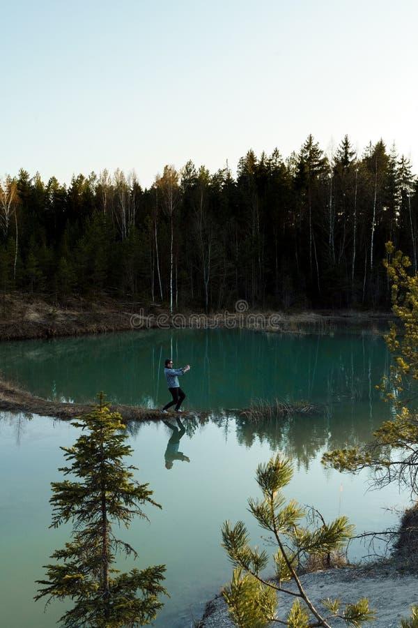 Photos de voyage de prise de jeune homme - beau lac de turquoise couleurs dans de la Lettonie - du Meditirenian style dans les ?t photos stock