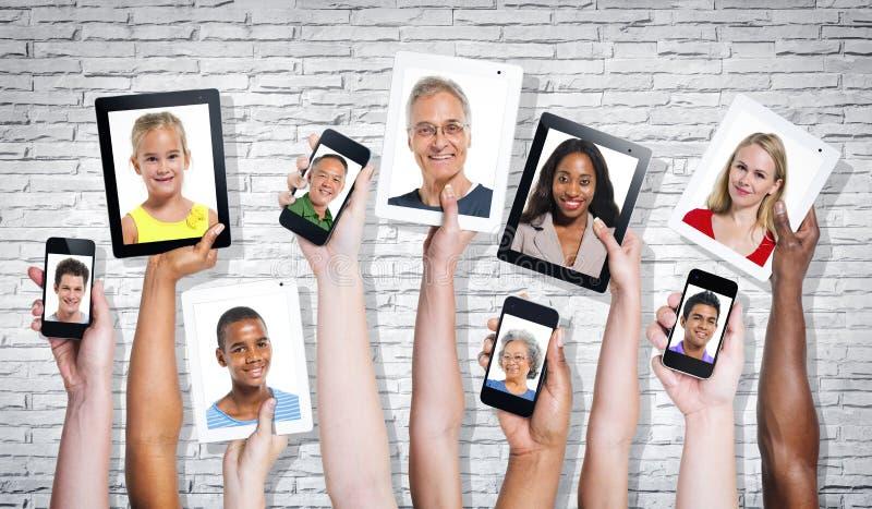 Photos des personnes Multi-ethniques dans un écran visuel photographie stock libre de droits