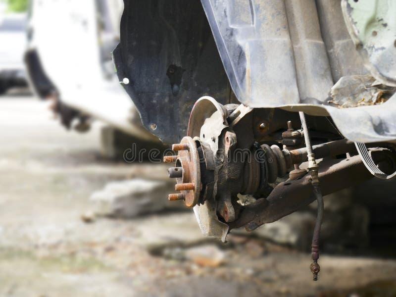Photos en gros plan des roues de voiture qui sont rouillées dans le cimetière de voiture photo stock
