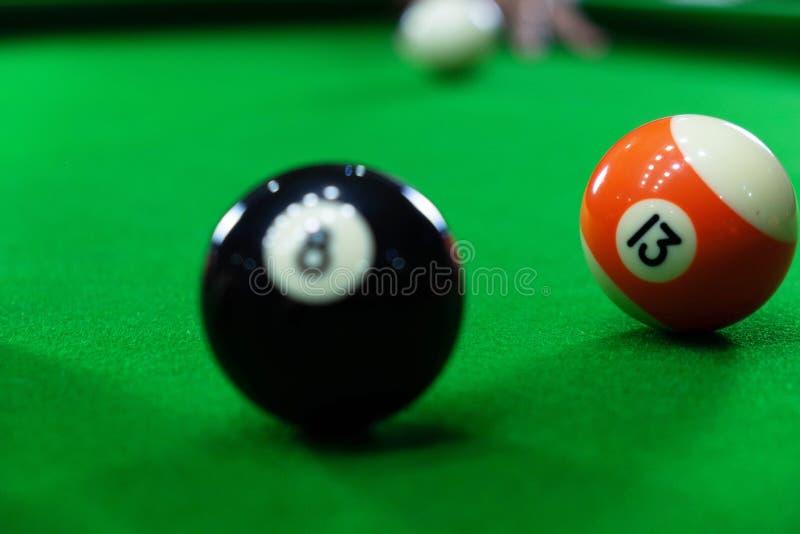 Photos en gros plan, jouant des boules de billard, de divers nombres, poignardant la boule, les nombres et la terre verte image stock